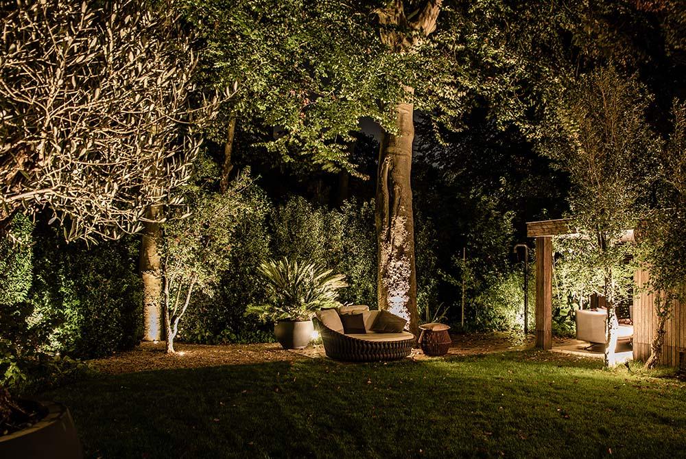 verlicht relaxbed in tuin