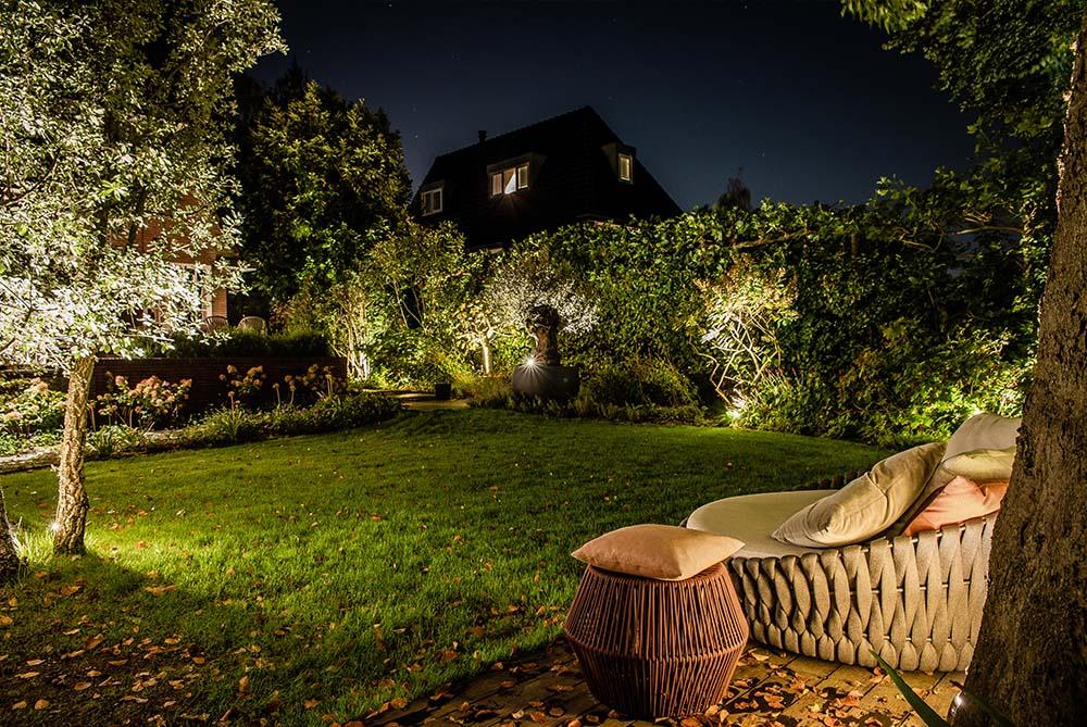 verlichte achtertuin